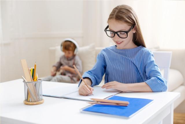 笑顔で勉強する女の子