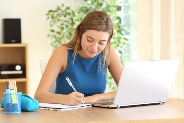 パソコンを見ながら勉強する学生