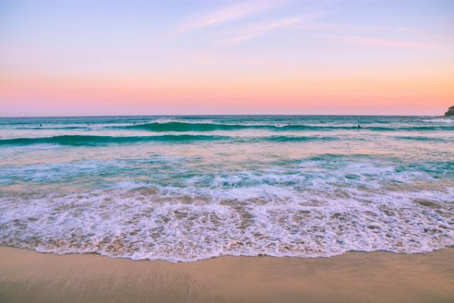 夕暮れの海と砂浜